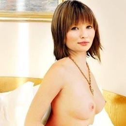 Emily Browning nahá