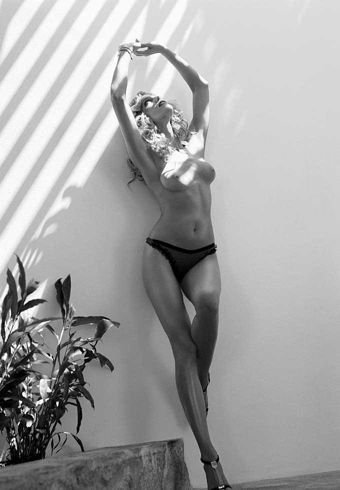 Tricia Helfer nahá. Foto - 16